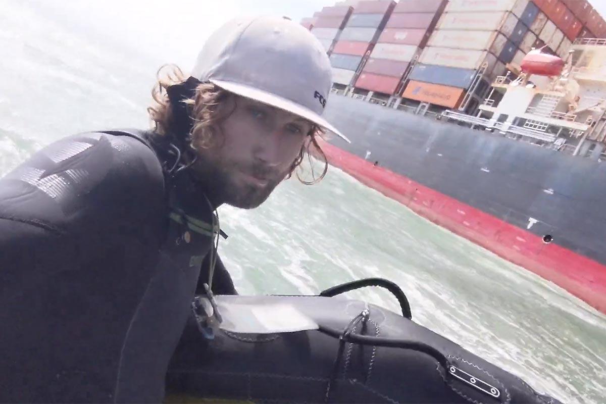 Du wingfoil sur la vague d'un porte-conteneurs !